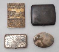 Vier ZigarettenetuisCa. 1900. England/Deutschland. Drei silberne 800 - 925. Unterschiedliche Punzen.