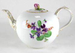 TeekanneMeissen 20. Jh. Form Neuer Ausschnitt mit Blumenmalerei. Unter dem Boden unterglasurblaue