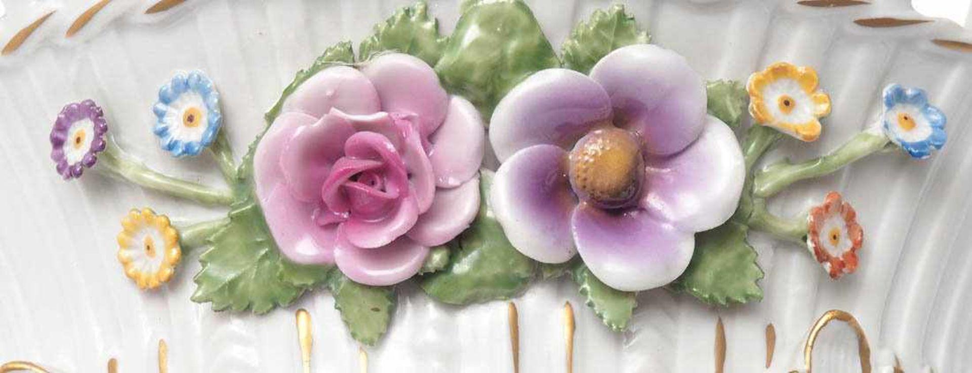 FruchtkorbPlaue 20. Jh. Tiefgemuldeter Korpus auf vier Blattfüßen und durchbrochen gearbeiteter - Bild 4 aus 4