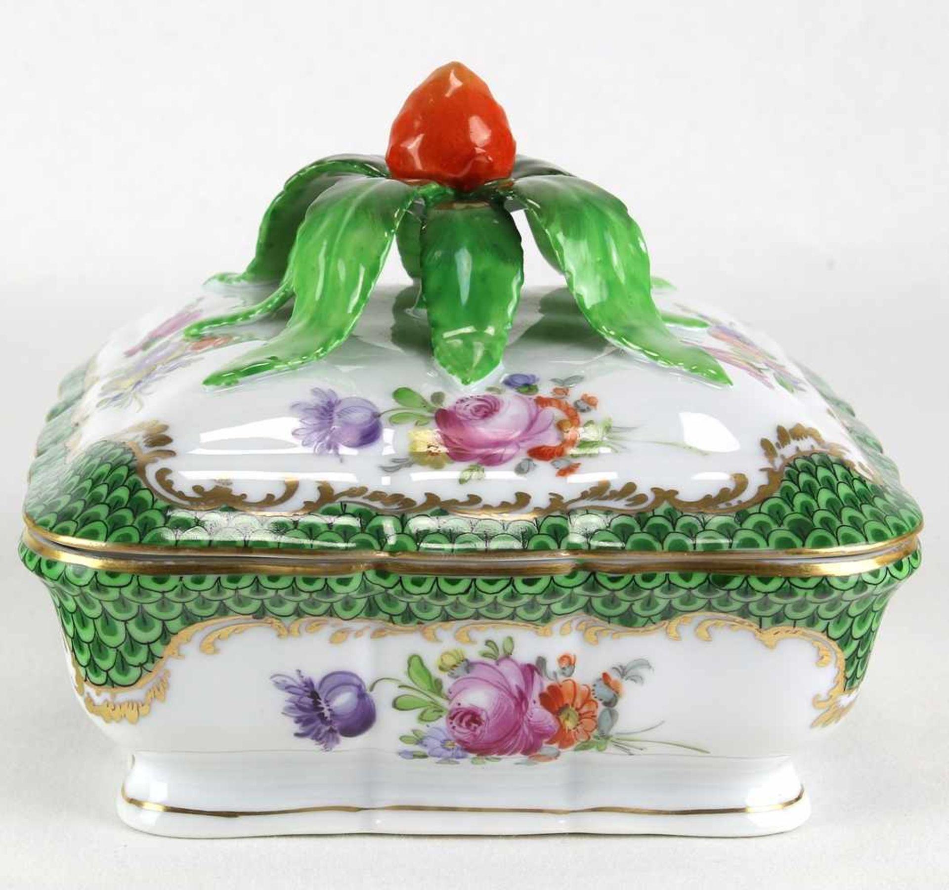 DeckeldoseNymphenburg 20. Jh. Porzellan mit reichem Blumendekor und Goldrändern. Deckelknauf in Form