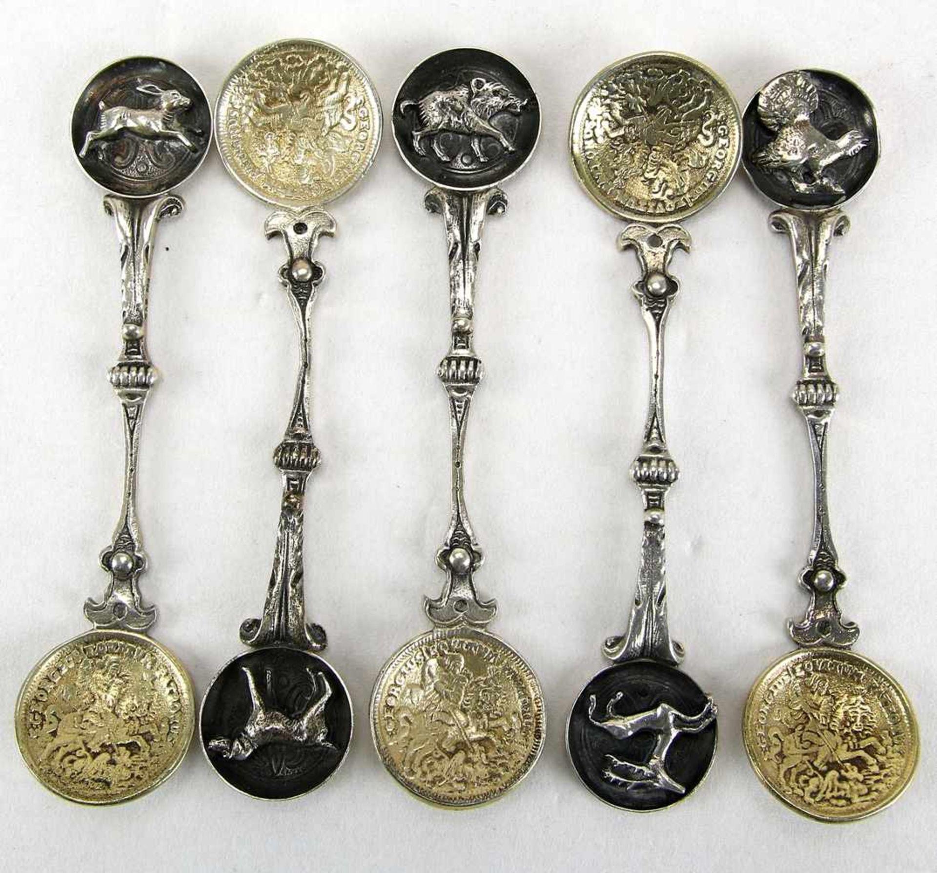 Fünf Münzlöffelum 1900. Jeweils mit Sternzeichen auf dem Griff. Seitlich mit Silber 925 und Bas.