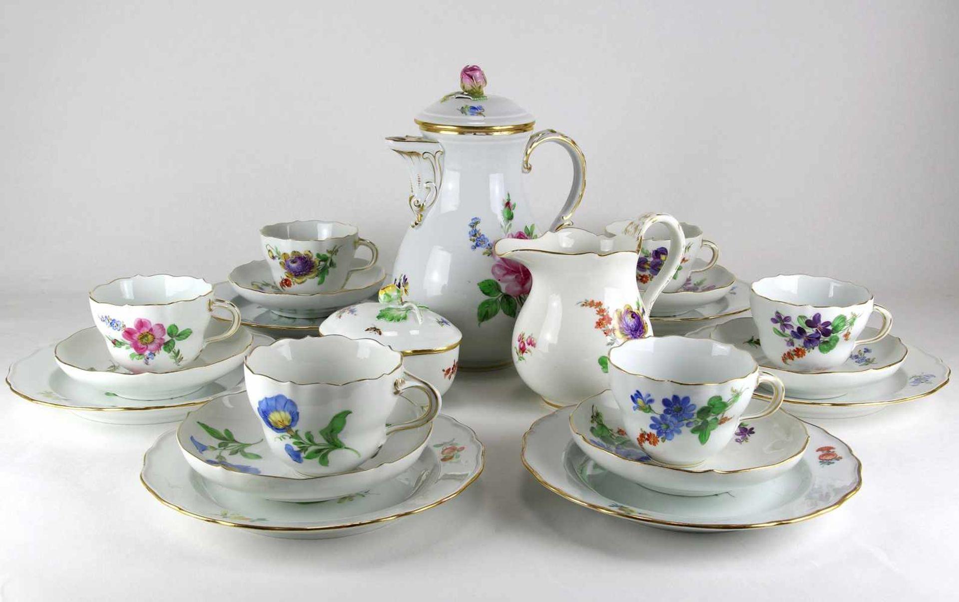 KaffeeserviceMeissen 20. Jh. Form Neuer Ausschnitt meist mit Blumenbuket und zwei Beiblumen.