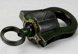 VorhängeschloßBarock um 16./17. Jh. Eisen mit Messingmontur und originaler Schlüssel. Länge ca. 8,