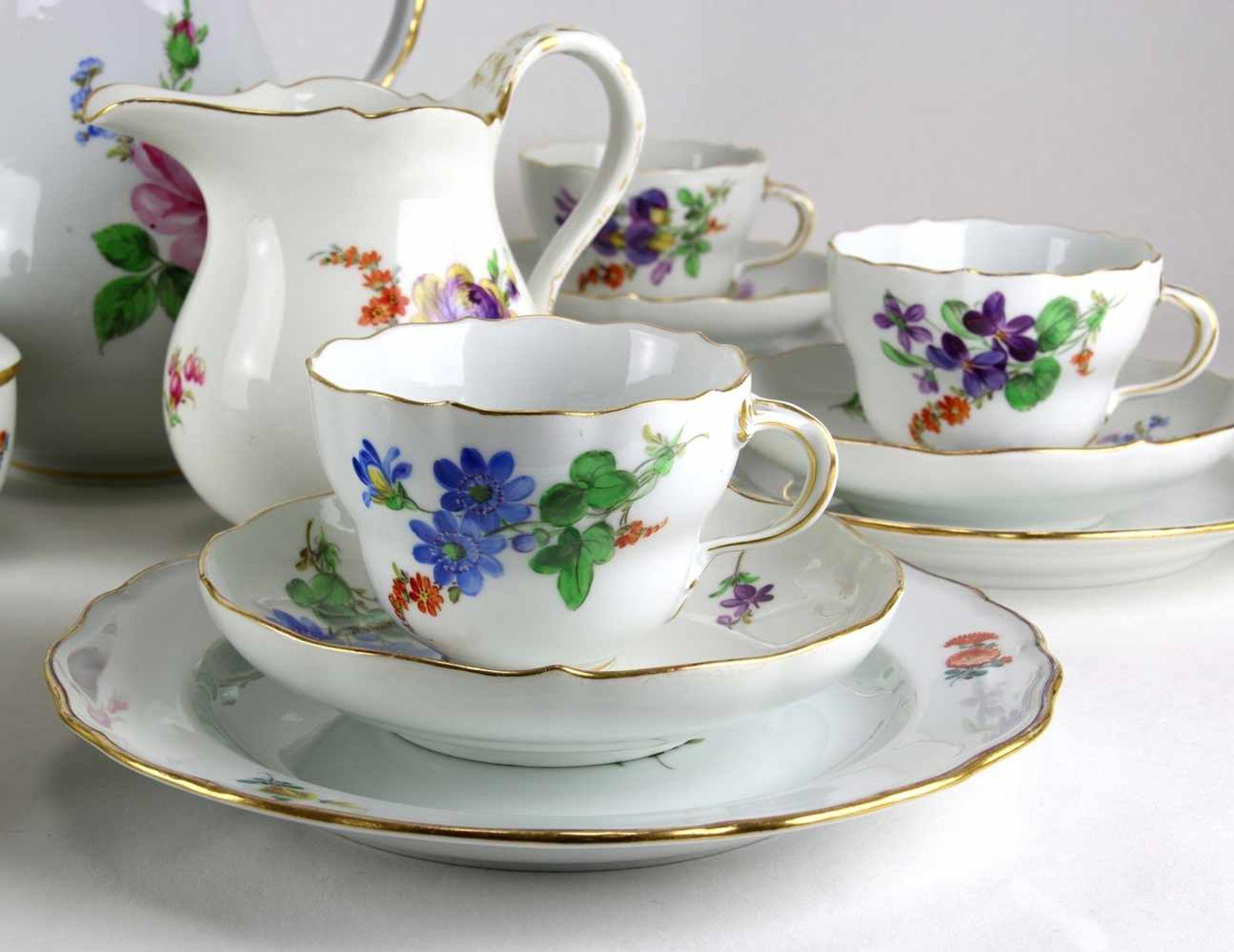 KaffeeserviceMeissen 20. Jh. Form Neuer Ausschnitt meist mit Blumenbuket und zwei Beiblumen. - Bild 4 aus 4