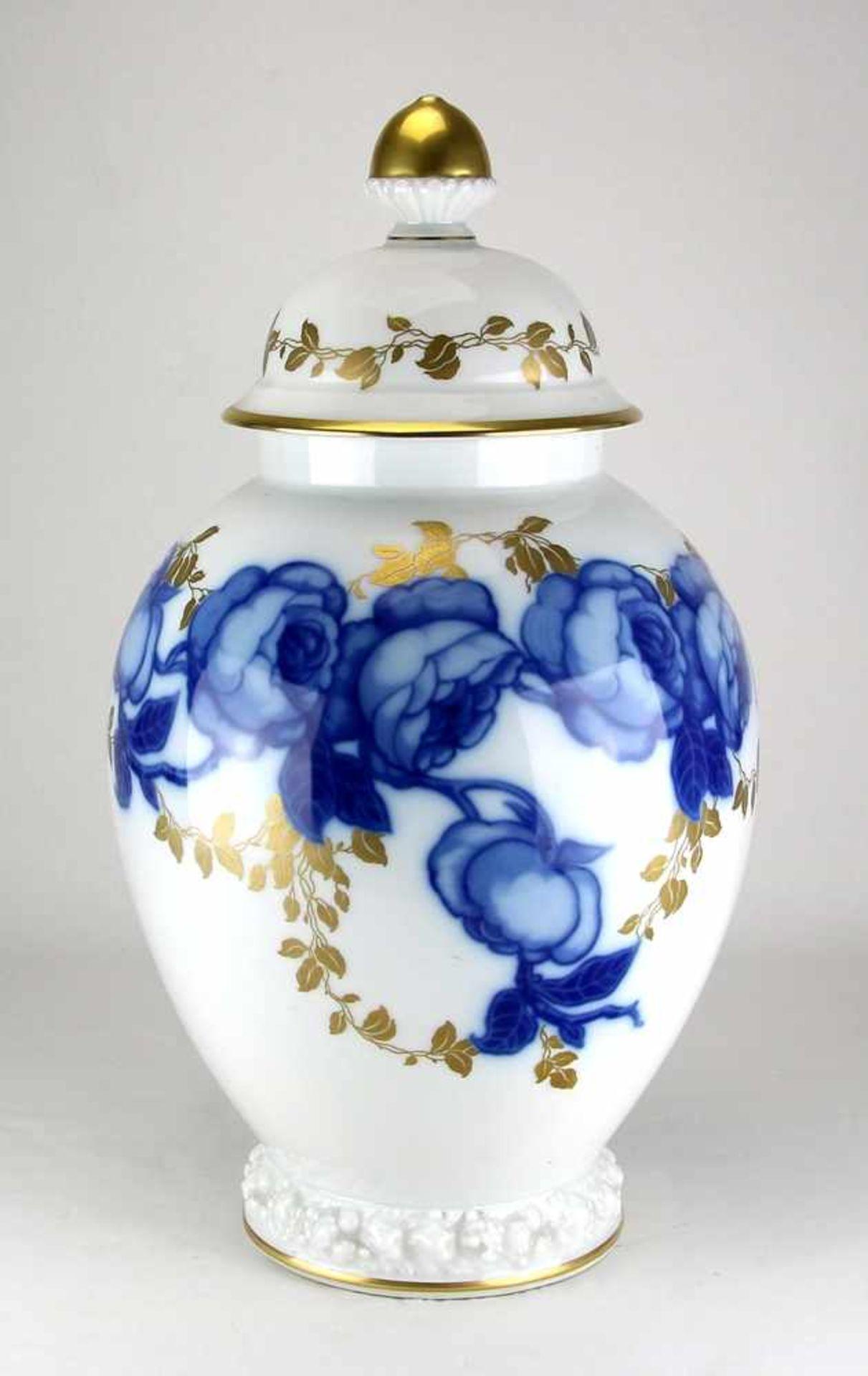 DeckelvasePhillip Rosenthal um 1930. Porzellan. Balusterform mit blauem Floraldekor und Goldauflage.