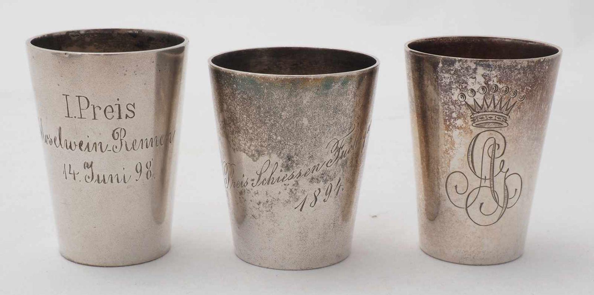 Schnaps Set auf TablettDeutsch, 19. Jh. Silber 800. Elf diverse Schnapsbecher, davon neun mit - Bild 4 aus 5