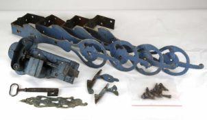 Alter TürbeschlagWohl deutsch um 1800. Beschläge, Schloß und Schlüssel. Später blau lackiert.