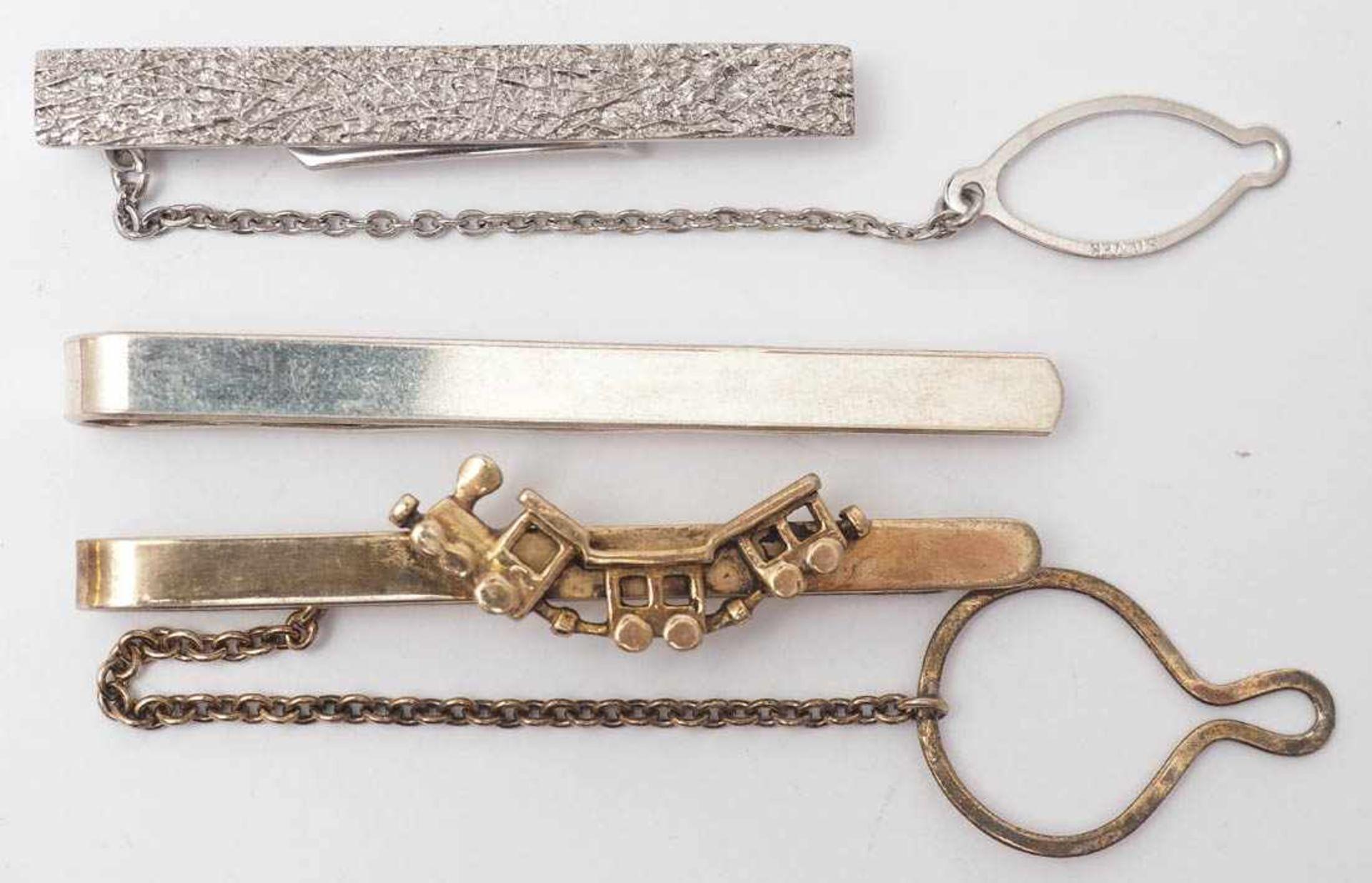 Konvolut KrawattenklammernSilber 925. Teilweise vergoldet. Eine mit reliefiertem Froschkönig, eine - Bild 3 aus 3