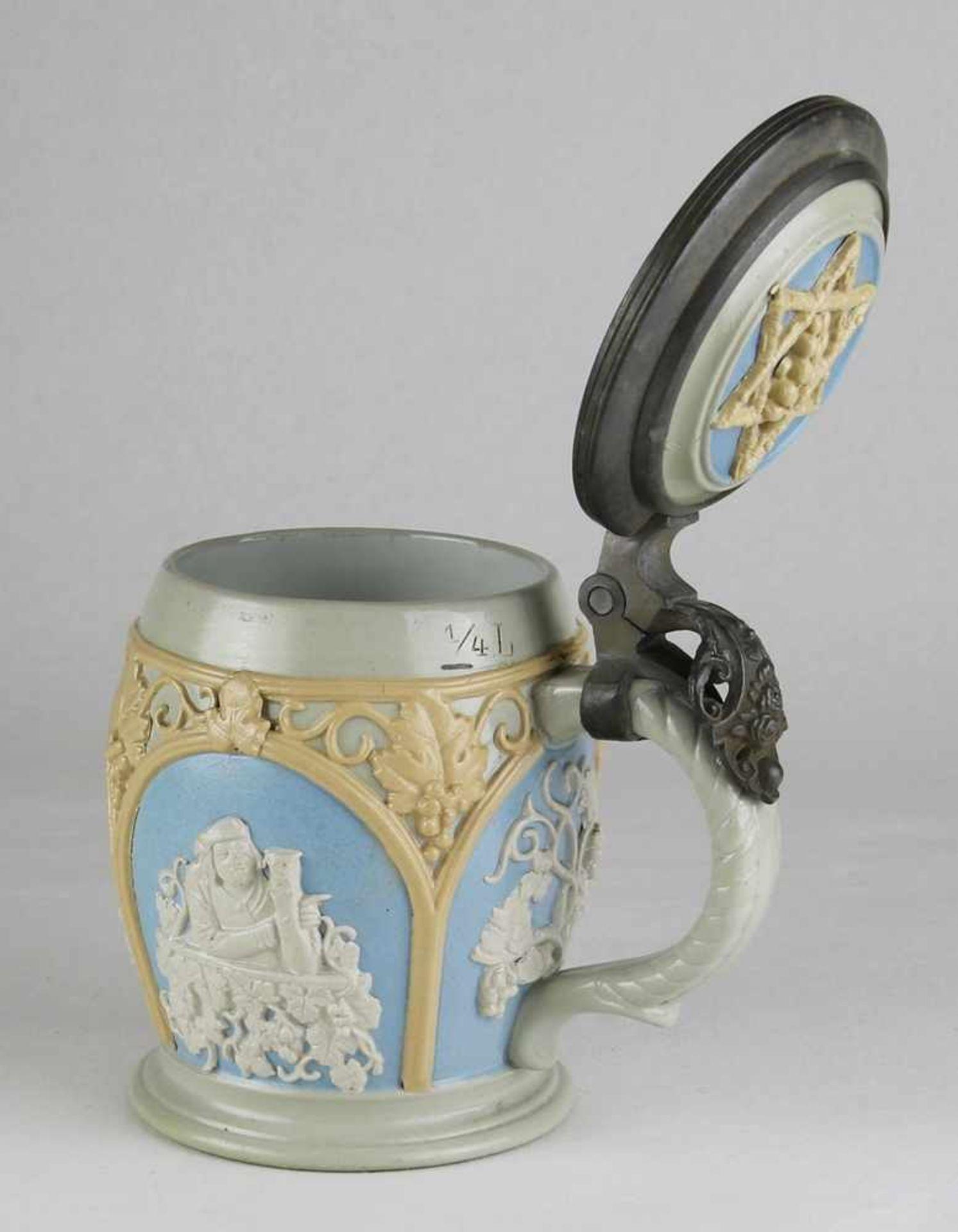 DamenbierkrugVilleroy & Boch, Mettlach um 1900. Grauer Scherben mit umlaufender aufgelegter - Bild 2 aus 4