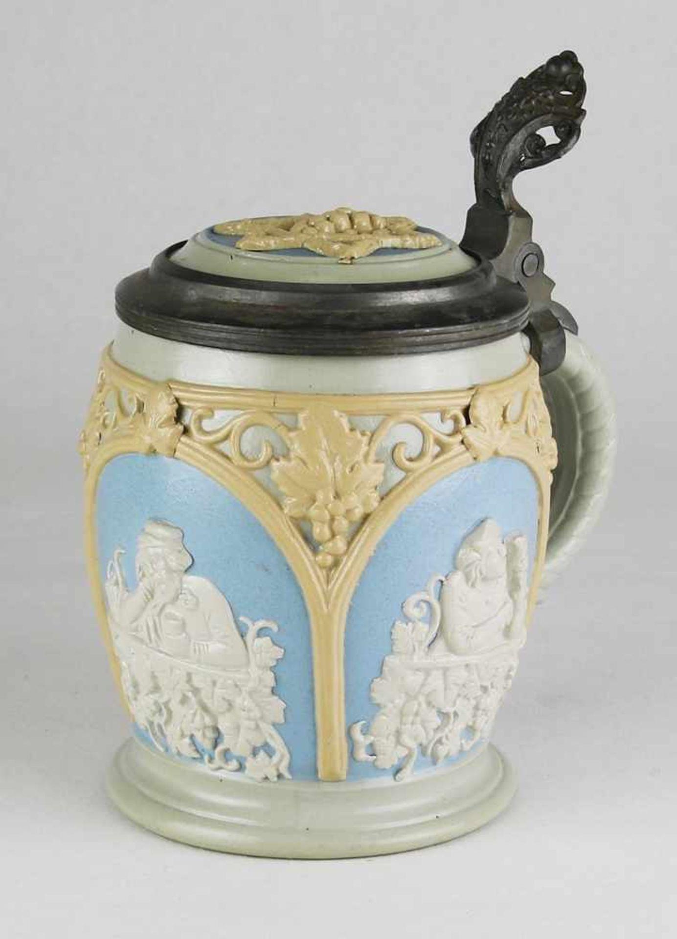 DamenbierkrugVilleroy & Boch, Mettlach um 1900. Grauer Scherben mit umlaufender aufgelegter