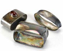 Drei ServiettenringeDeutsch 20. Jh. Silber 800 - 925 punziert. Gewicht komplett ca. 103 Gramm.