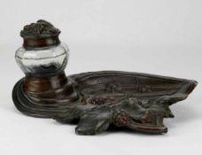 TintenfaßFrankreich um 1900. Metallguß brüniert und Klarglas. Signiert Delauney. Größe ca. 22 x 17