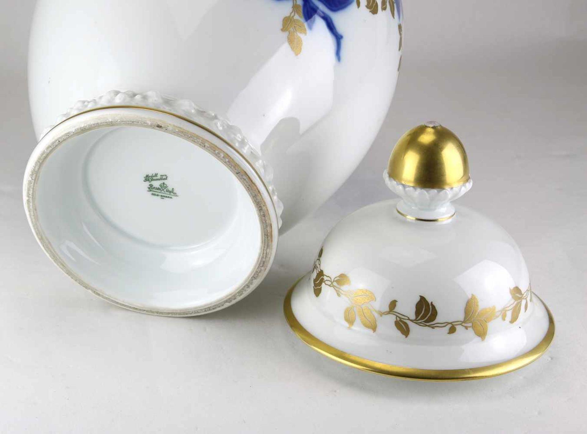 DeckelvasePhillip Rosenthal um 1930. Porzellan. Balusterform mit blauem Floraldekor und Goldauflage. - Bild 2 aus 2