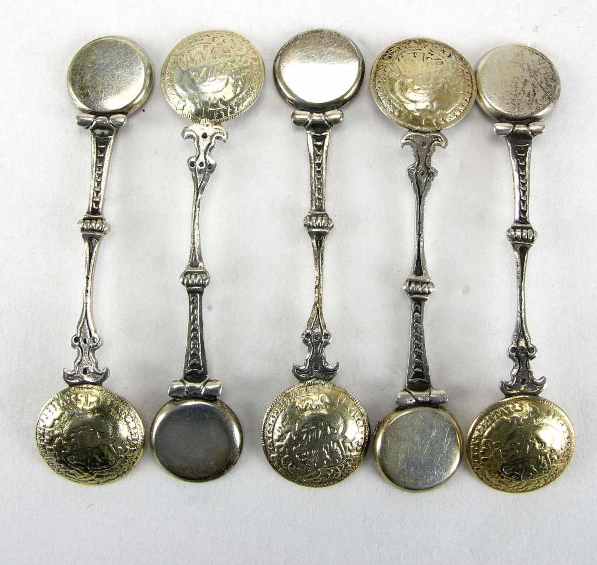 Fünf Münzlöffelum 1900. Jeweils mit Sternzeichen auf dem Griff. Seitlich mit Silber 925 und Bas. - Bild 2 aus 2
