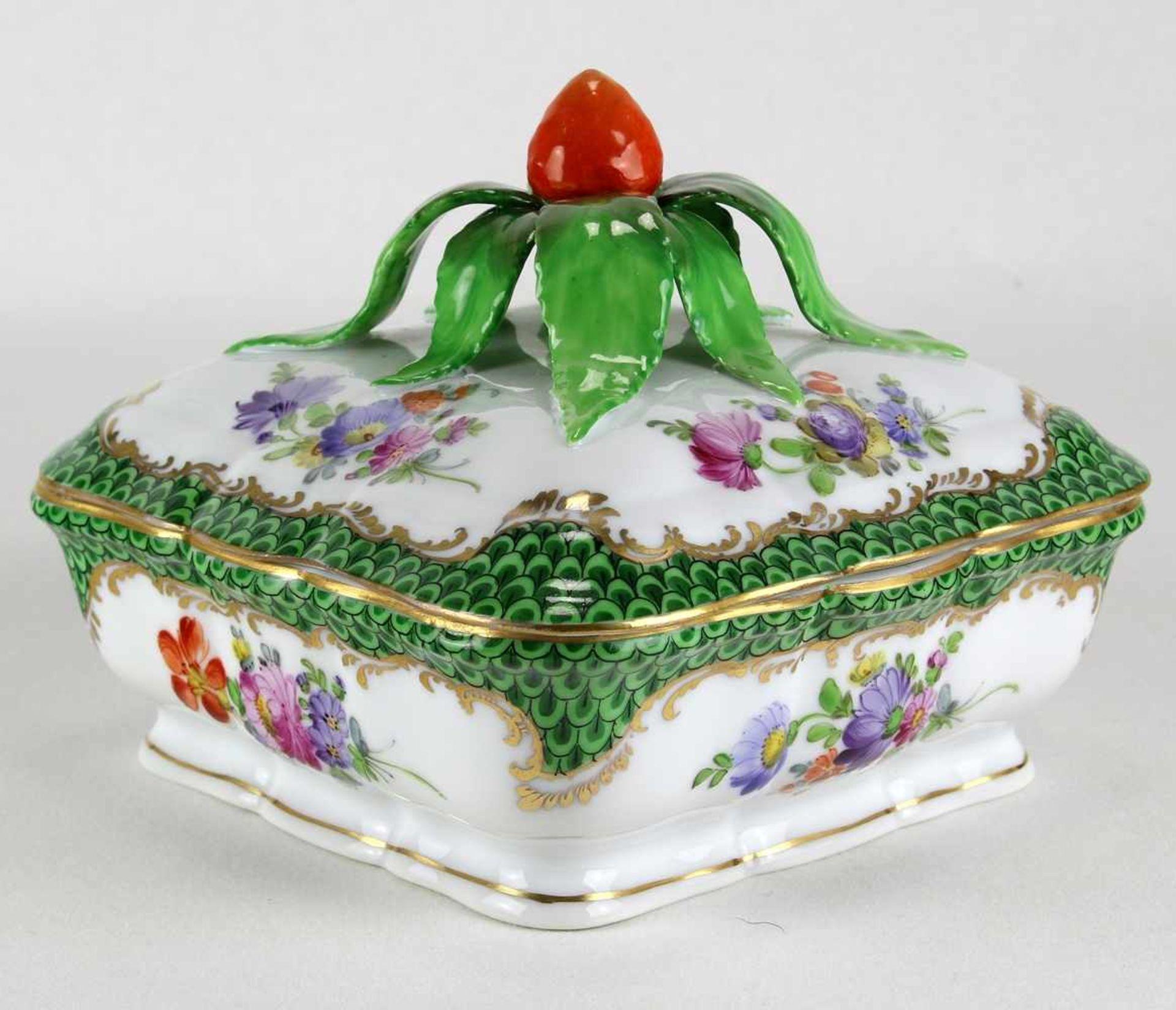 DeckeldoseNymphenburg 20. Jh. Porzellan mit reichem Blumendekor und Goldrändern. Deckelknauf in Form - Bild 2 aus 3