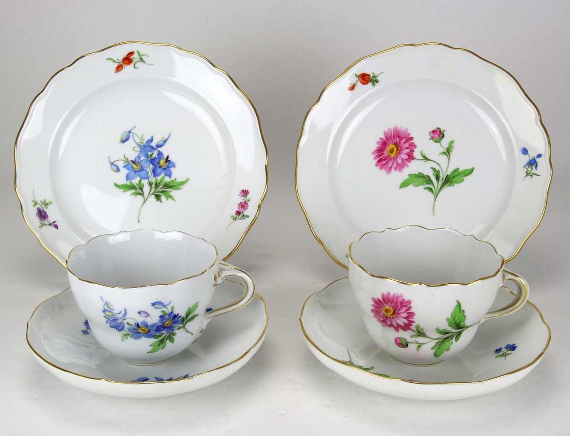 Zwei Gedecke Meissen20. Jh. Form Neuer Ausschnitt mit Blumenmalerei. Kaffeegedecke je dreiteilig.
