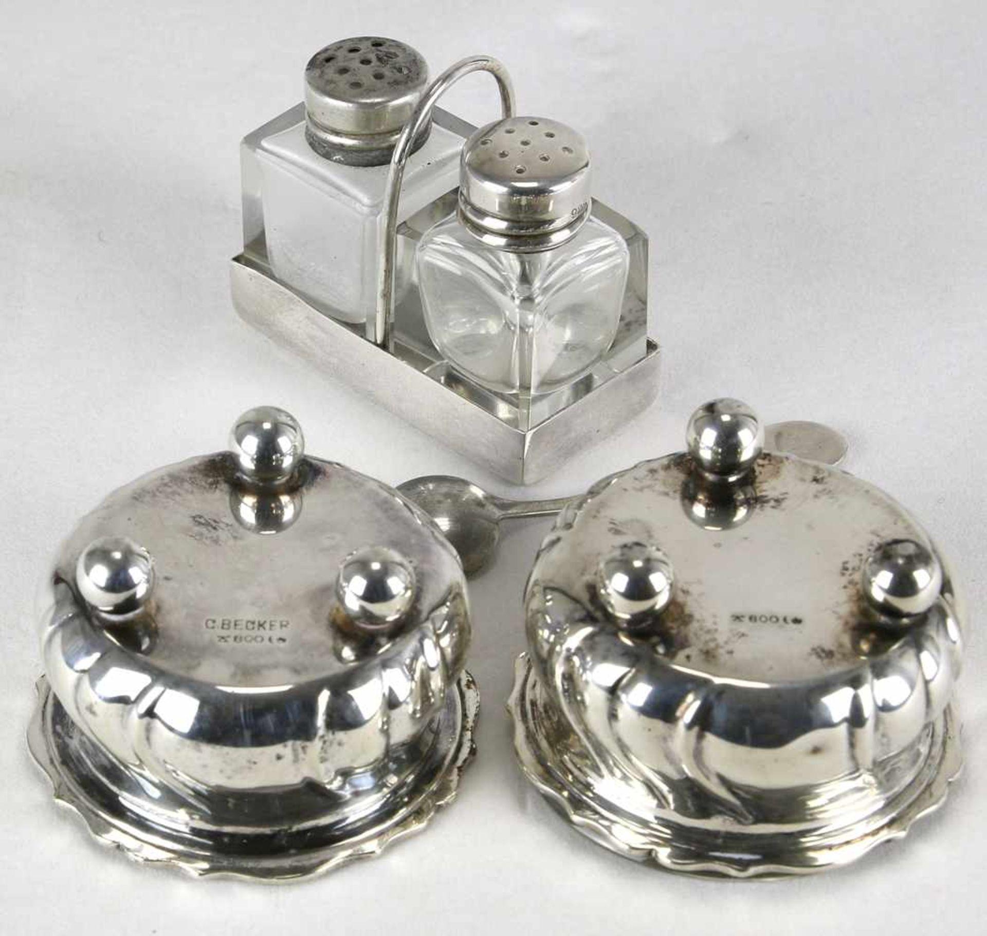 Paar SalierenDeutsch 20. Jh. Barockstil mit Glaseinsätzen und einem Silberlöffel. Punziert mit - Bild 2 aus 2