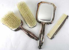 Toiletten-Set20. Jh. Zwei Bürsten, ein Kamm und ein Spiegel. Horn und Metall versilbert. Mit Hoka