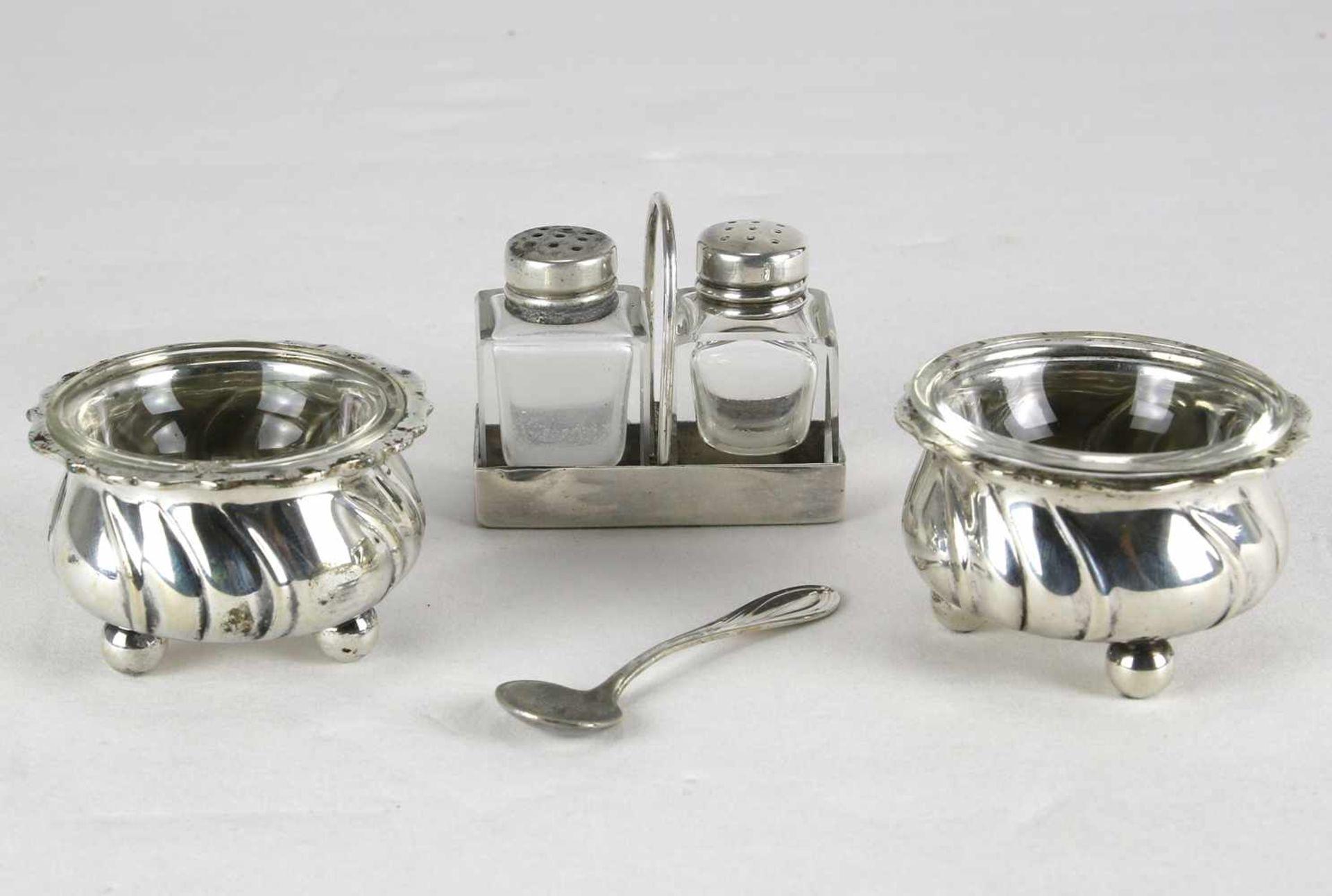 Paar SalierenDeutsch 20. Jh. Barockstil mit Glaseinsätzen und einem Silberlöffel. Punziert mit
