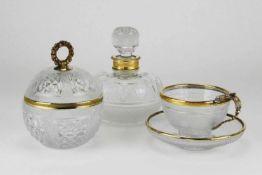 Konvolut GlasUm 1900. Klarglas mit Schliff- und Steindekor sowie Messingmonturen. Eine