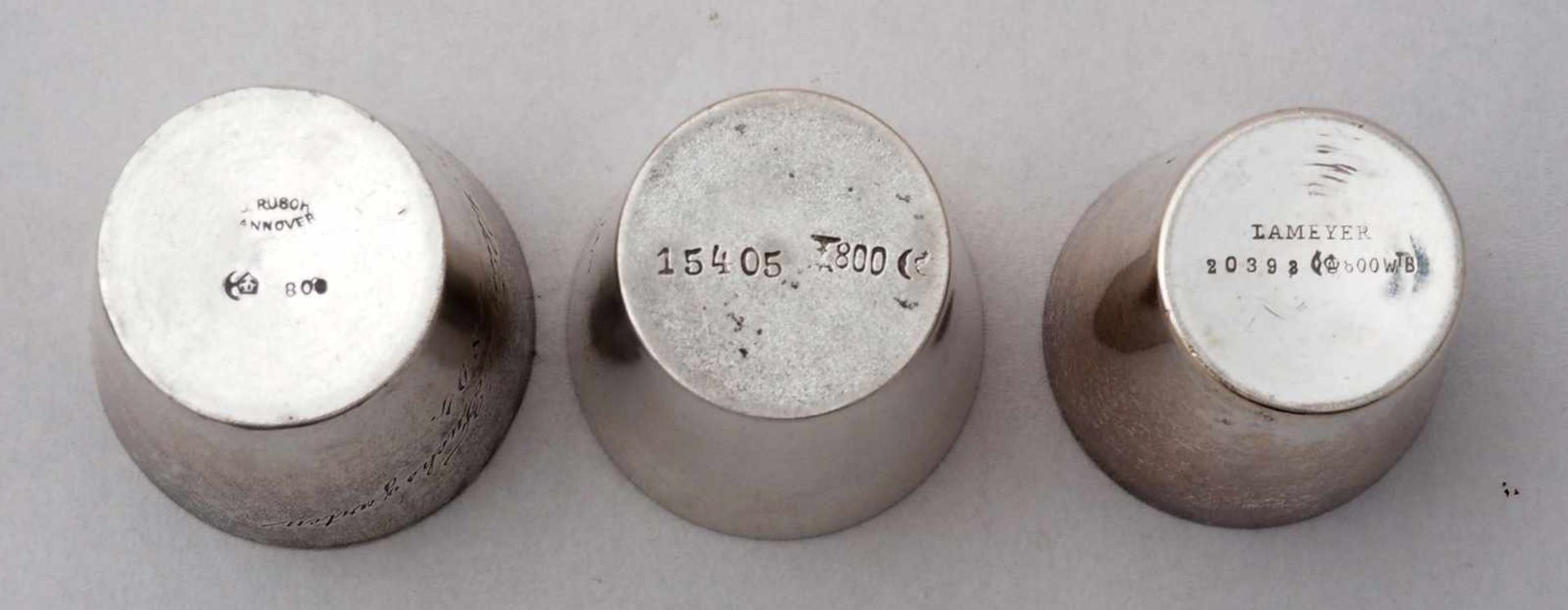 Schnaps Set auf TablettDeutsch, 19. Jh. Silber 800. Elf diverse Schnapsbecher, davon neun mit - Bild 5 aus 5
