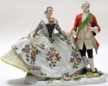 FigurengruppeFrankenthal 18. Jh. Kavalier mit Dame im Krinolinenrock. Porzellan mit aufbossierten