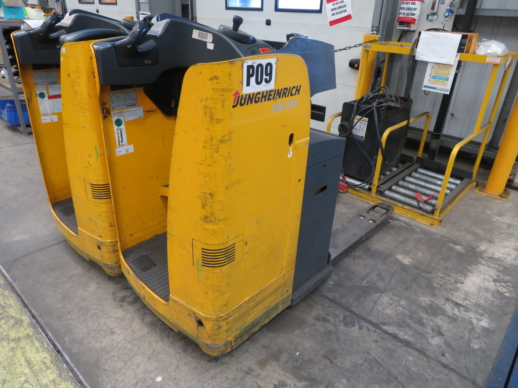 Lot 29 - 2006 JUNGHEINRICH MODEL ESE 120 2000KG RIDE-ON ELECTRIC PALLET TRUCK