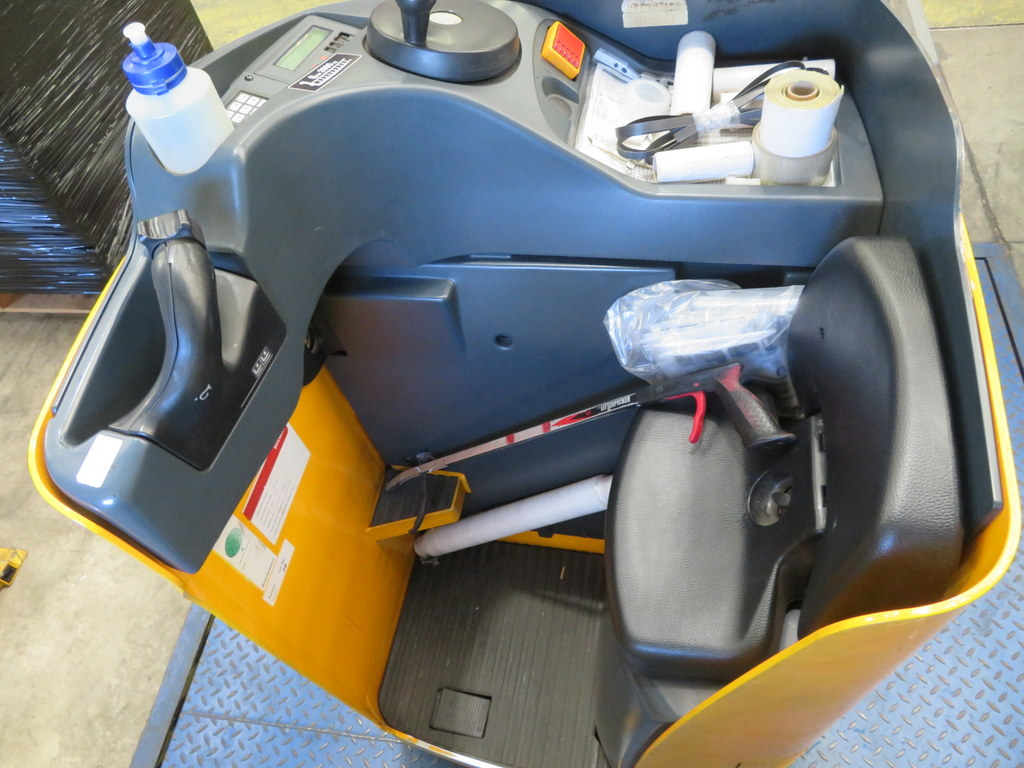 Lot 28 - 2006 JUNGHEINRICH MODEL ESE 120 2000KG RIDE-ON ELECTRIC PALLET TRUCK