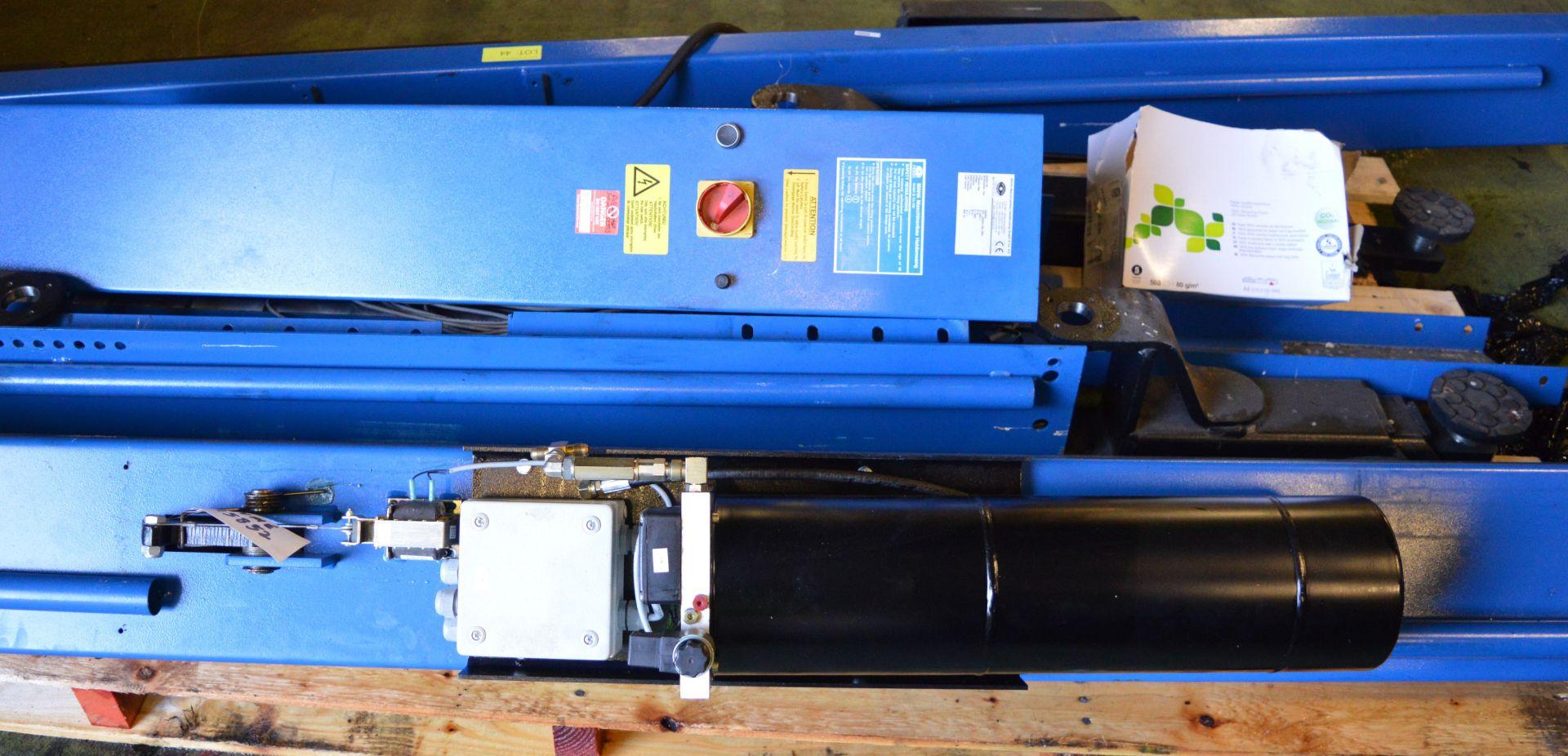 Lot 44 - Maha HL 9000 Vehicle Lift.