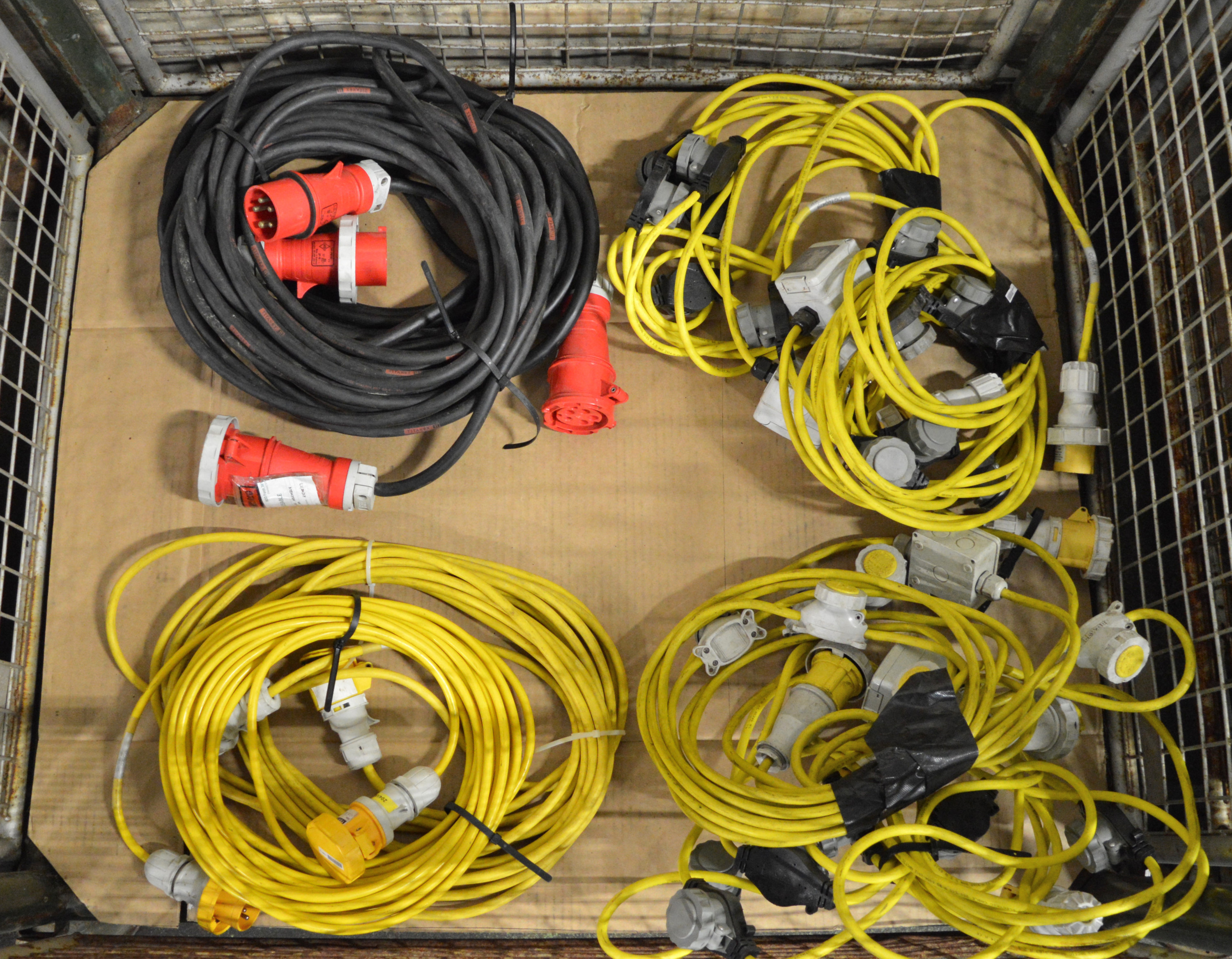 Lot 40 - 4x Festoon Light. 2x 32A Extension Lead. 2x 16A Extension Lead.