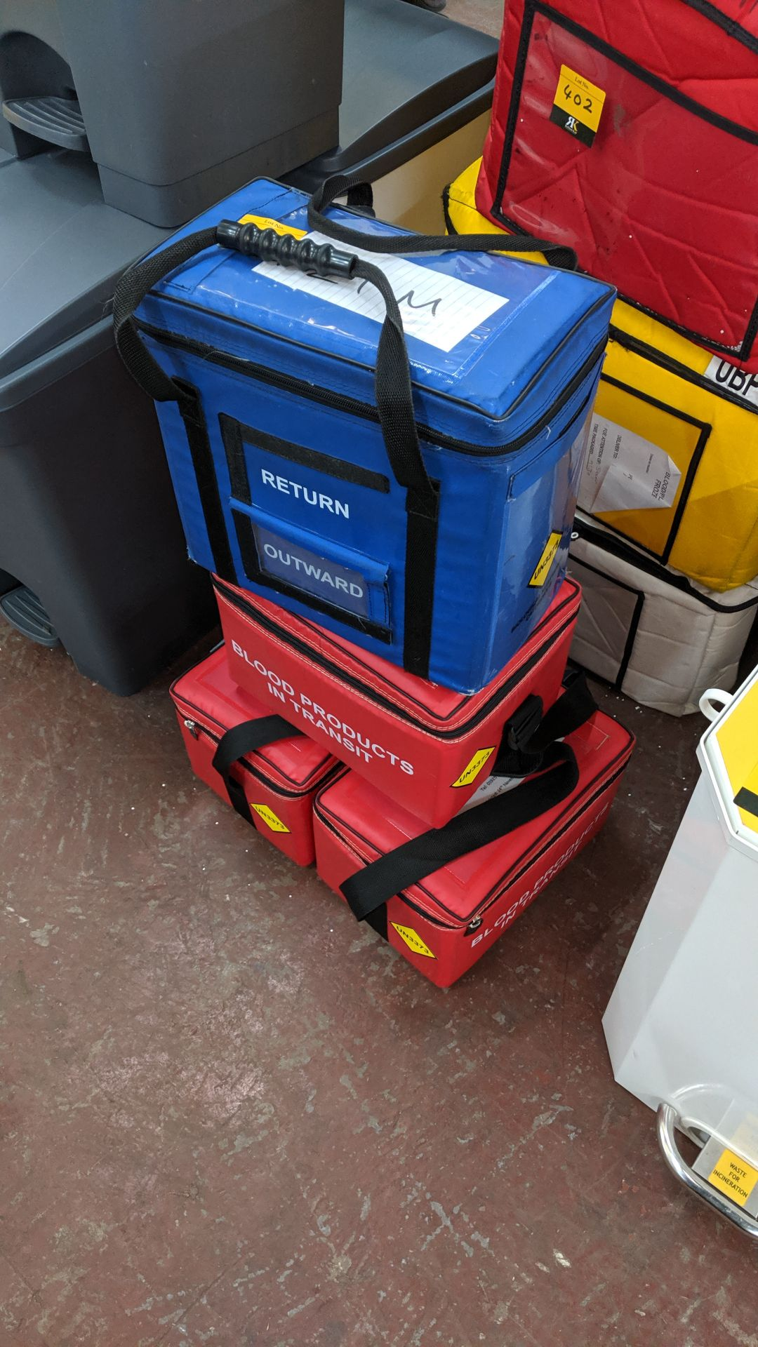 Lot 401 - 4 assorted blood/medical insulated carry bags. This is one of a large number of lots used/owned by