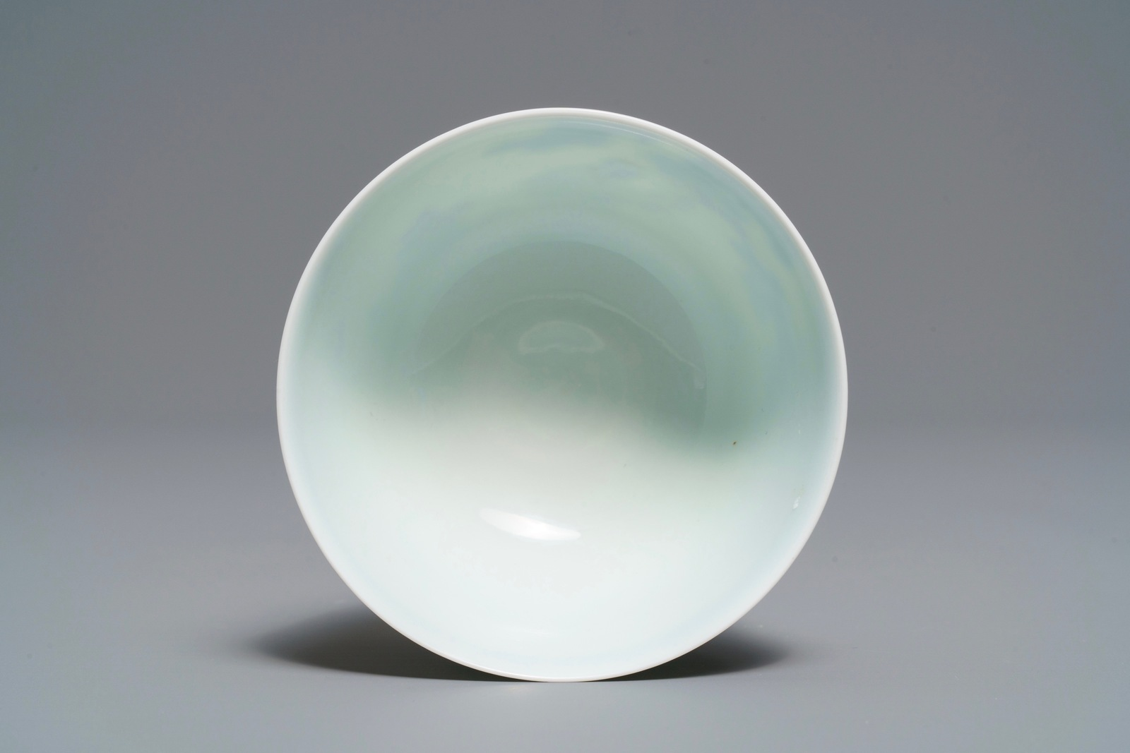 Lot 31 - A Chinese doucai bowl with figures in a landscape, Kangxi mark, 19/20th C.