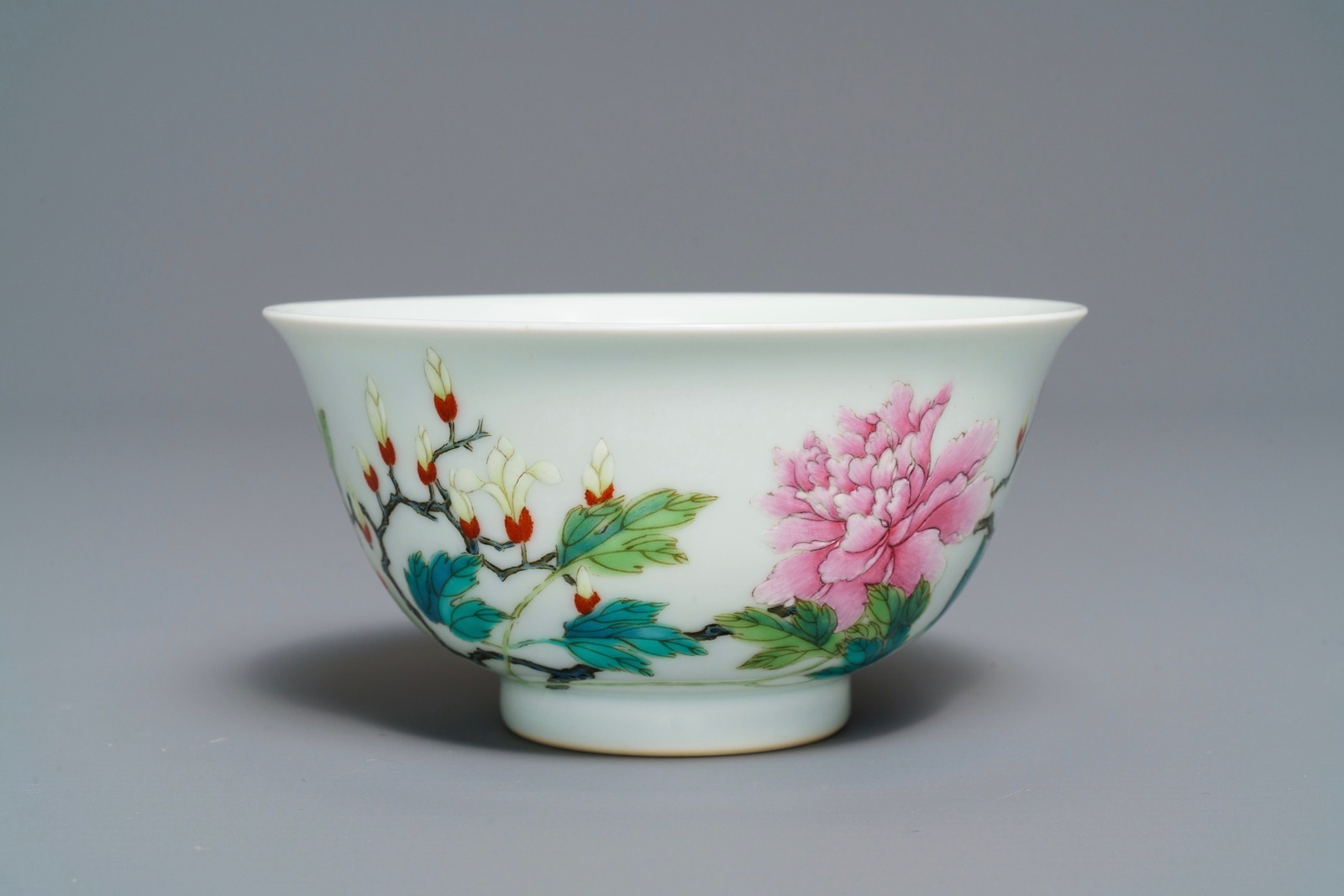 Lot 39 - A Chinese famille rose bowl with floral design, Yongzheng mark, 19/20th C.