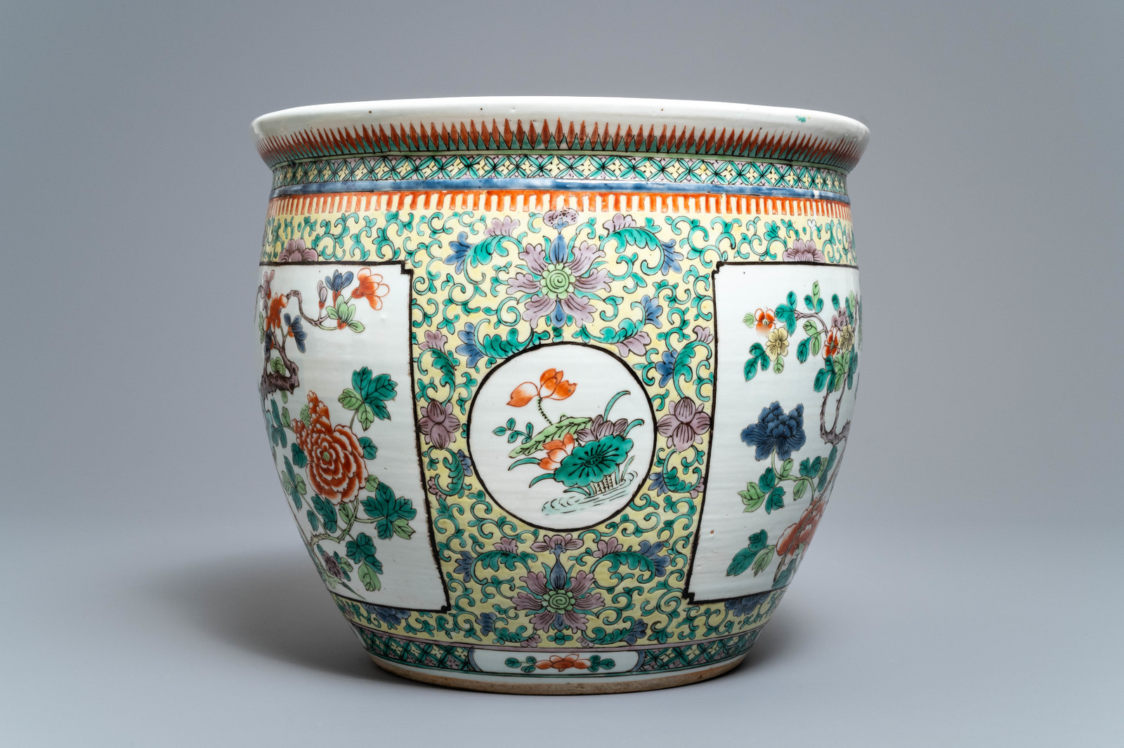 Lot 34 - A Chinese famille verte fish bowl with birds among flowers, 19th C.