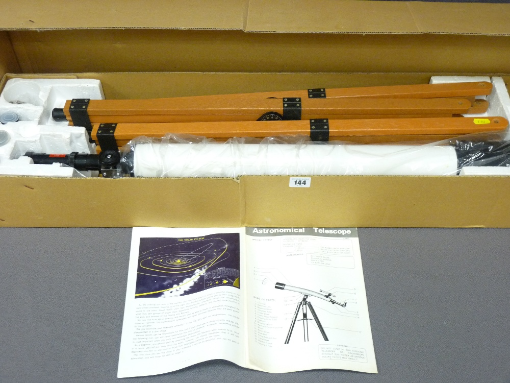 Lot 144 - AS NEW ASTRONOMER'S TELESCOPE WITH STAND, associated lenses and instruction booklet, boxed