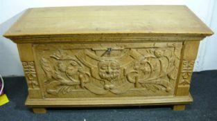 Historische Flachdeckeltruhe. Geschnitzte Fratzen und andere Verzierungen. Maß ca. 66x115x55cm.