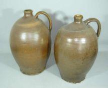 Paar große Ölkrüge aus Steinzeug. Sogen. Bauernkeramik, glasiert. Wohl um 1900. H. je ca. 40 cm.
