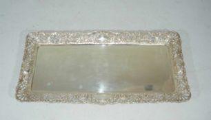 Langes Tablett mit durchbrochenem Rand. 800er Silber, Deutschland. Gew. ca. 467 g. L. ca. 36 cm.