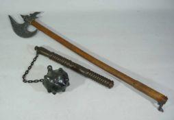 Morgenstern, Streitaxt, große Hellebarde und ein paar Schwerter in Holzhalterung. Tlw. reich