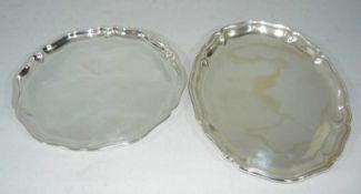 Zwei Tabletts. 835er Silber, Deutschland. Ges. Gew. ca. 404 g. L. ca. 24 cm u. kl.Two serving