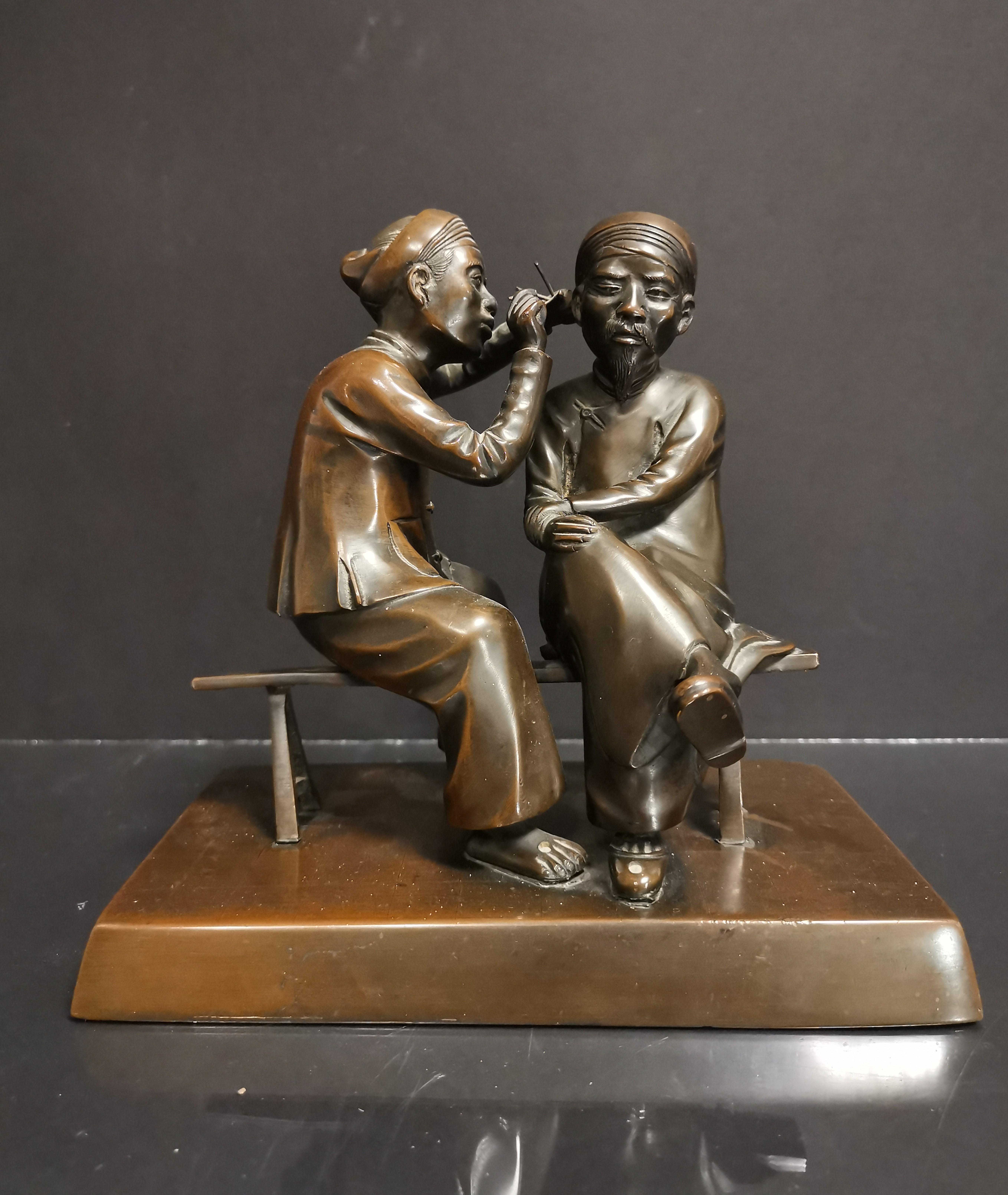 Lot 12 - VIETNAM. Deux personnages se curant les oreilles. Bronze. H : 20 cm -