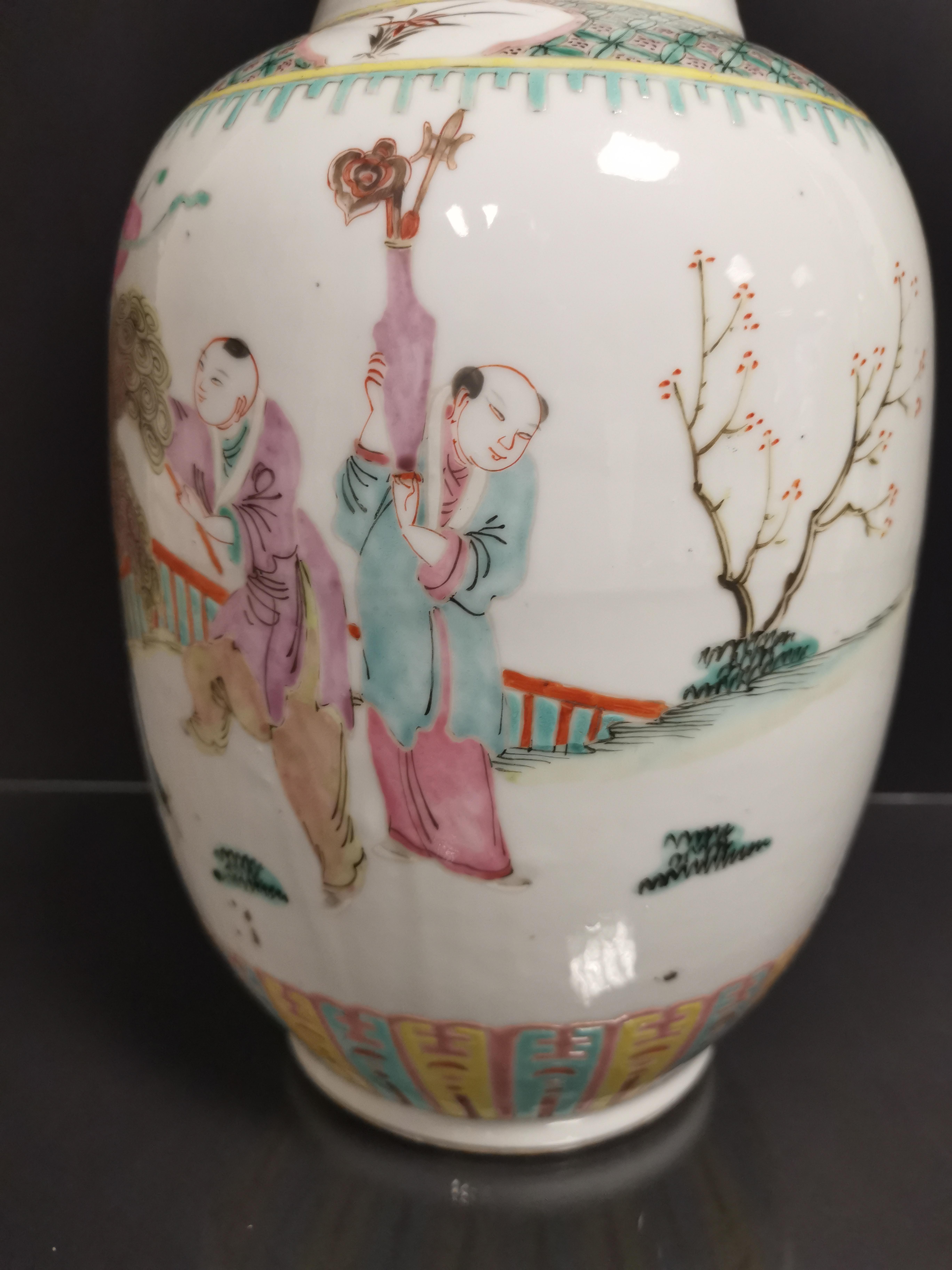 Lot 33 - Vase en porcelaine polychrome Chine, XXème siècle La panse bombée, à décor [...]