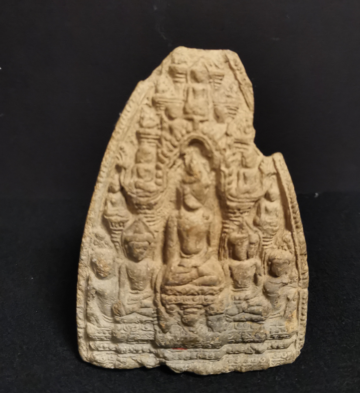 Lot 44 - Petite stèle en terre cuite Thaïlande, Haripunchai, XIIIème siècle A décor en [...]
