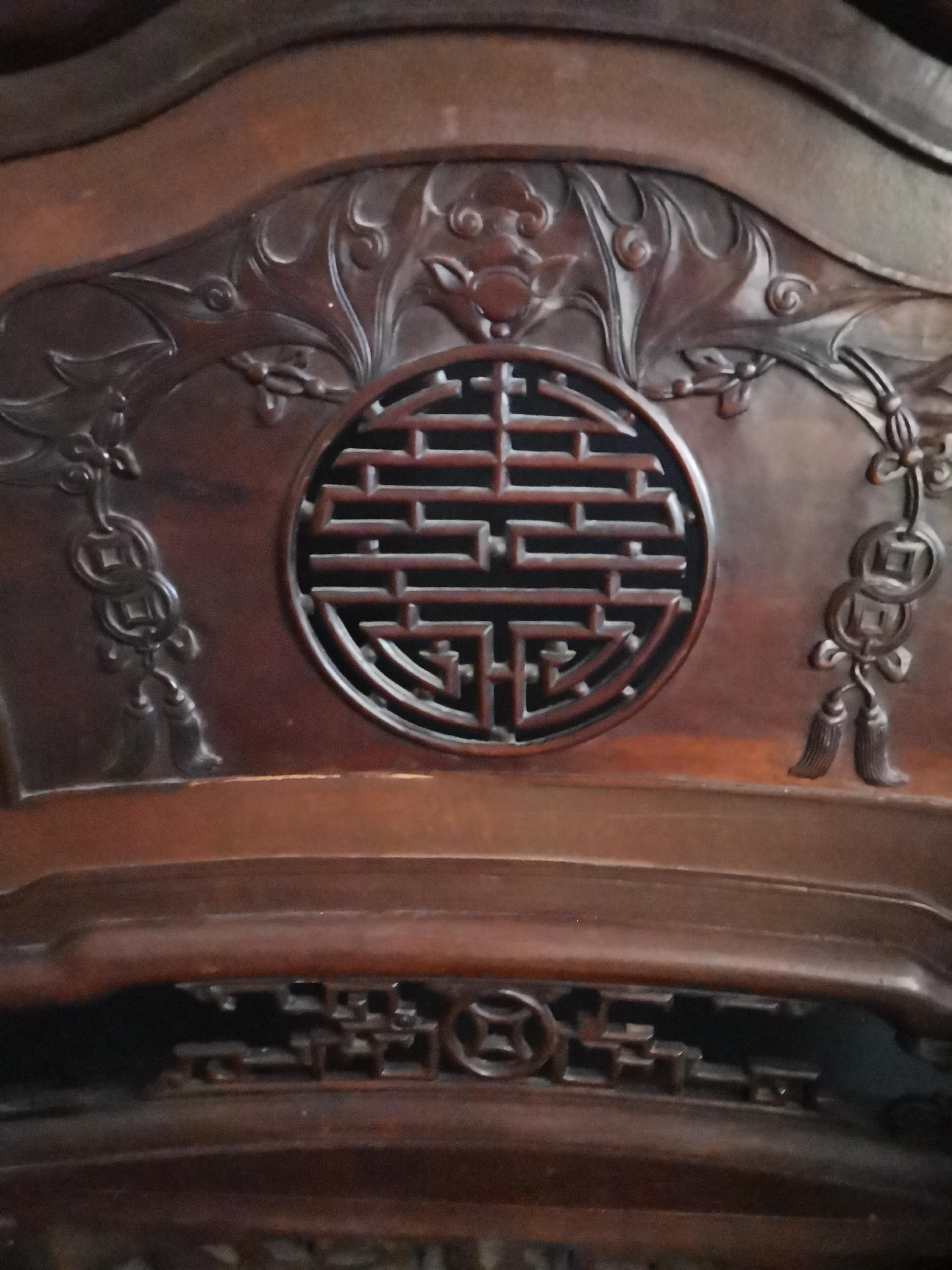 Lot 15A - CHINE ou INDOCHINE. Paire de fauteuils à dossier mouvementé, à décor sculpté de [...]