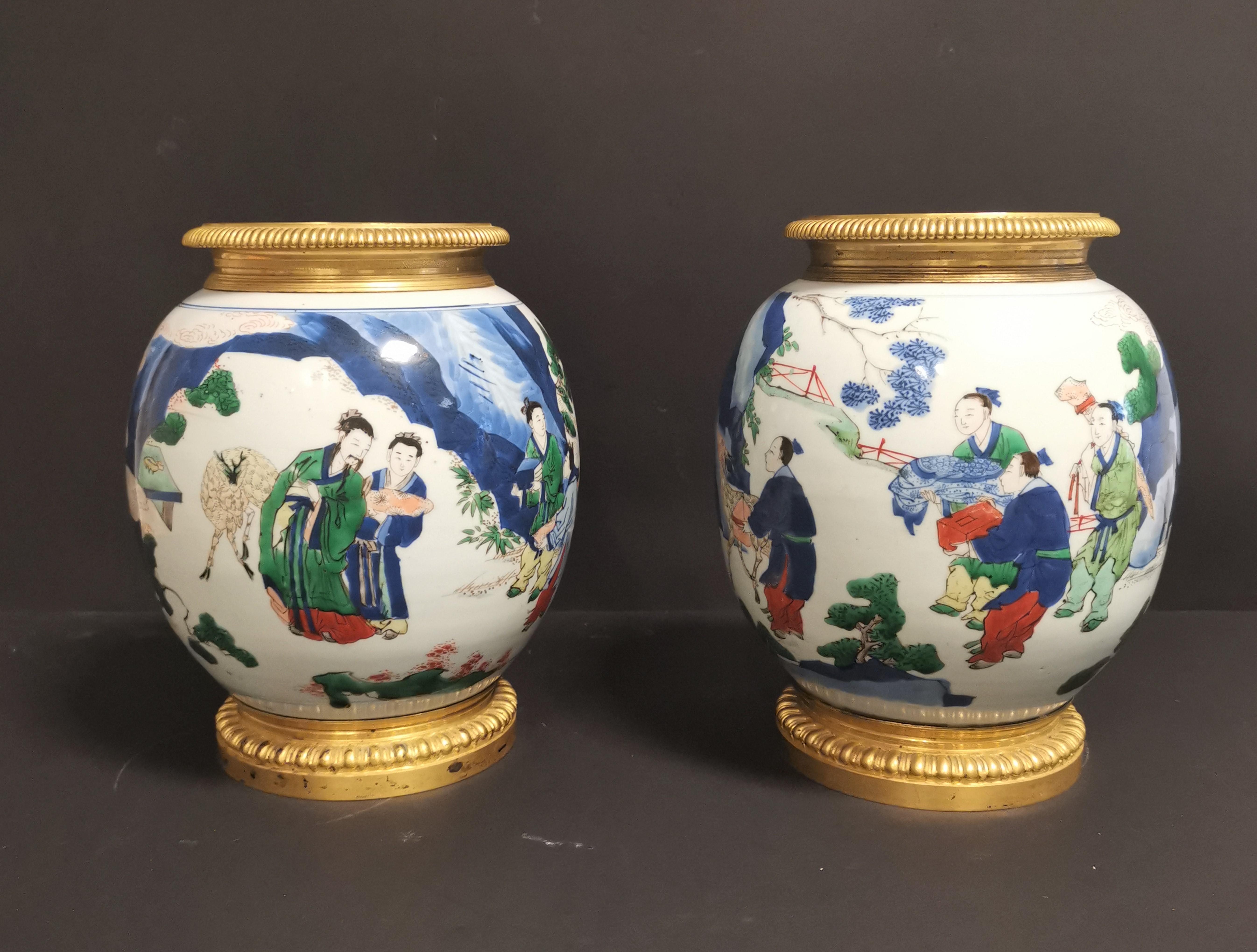 Lot 37 - Paire de vases en porcelaine Wucai Chine, XIXème siècle La panse globulaire, à [...]
