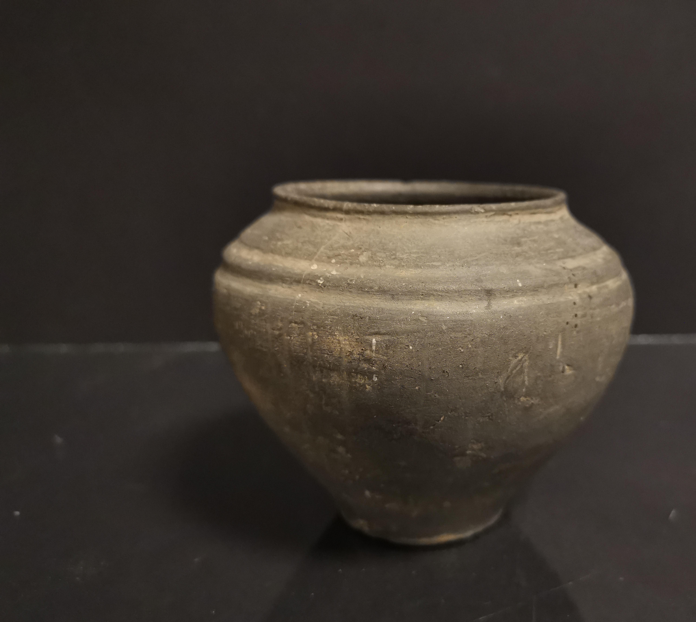 Lot 51 - Vase pansu à col ourlet à décor d'un double bourrelet, porte une étiquette sous [...]