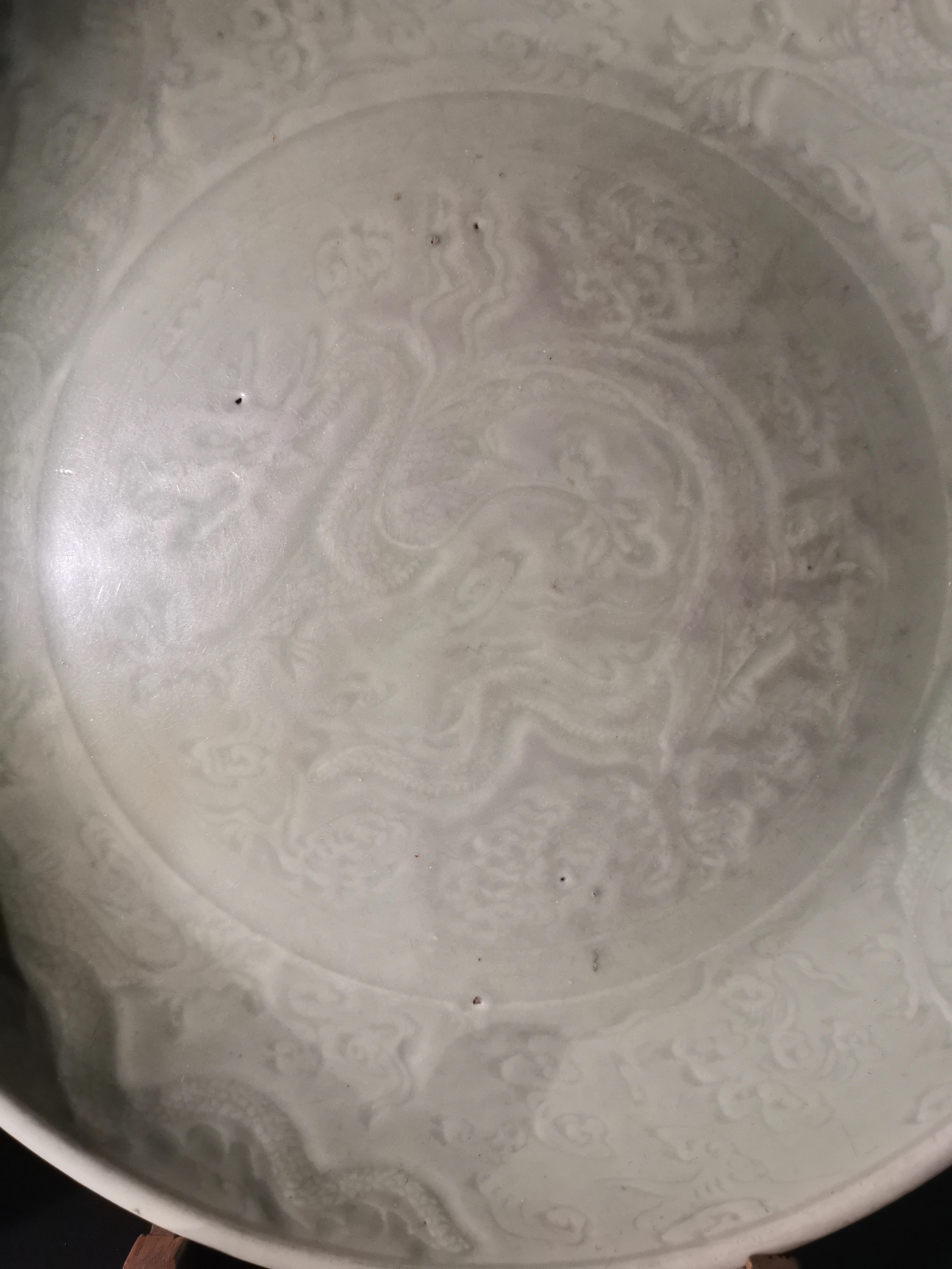 Lot 42 - Grand plat en grès à glaçure céladon Chine, Longquan, époque Ming, XVème [...]