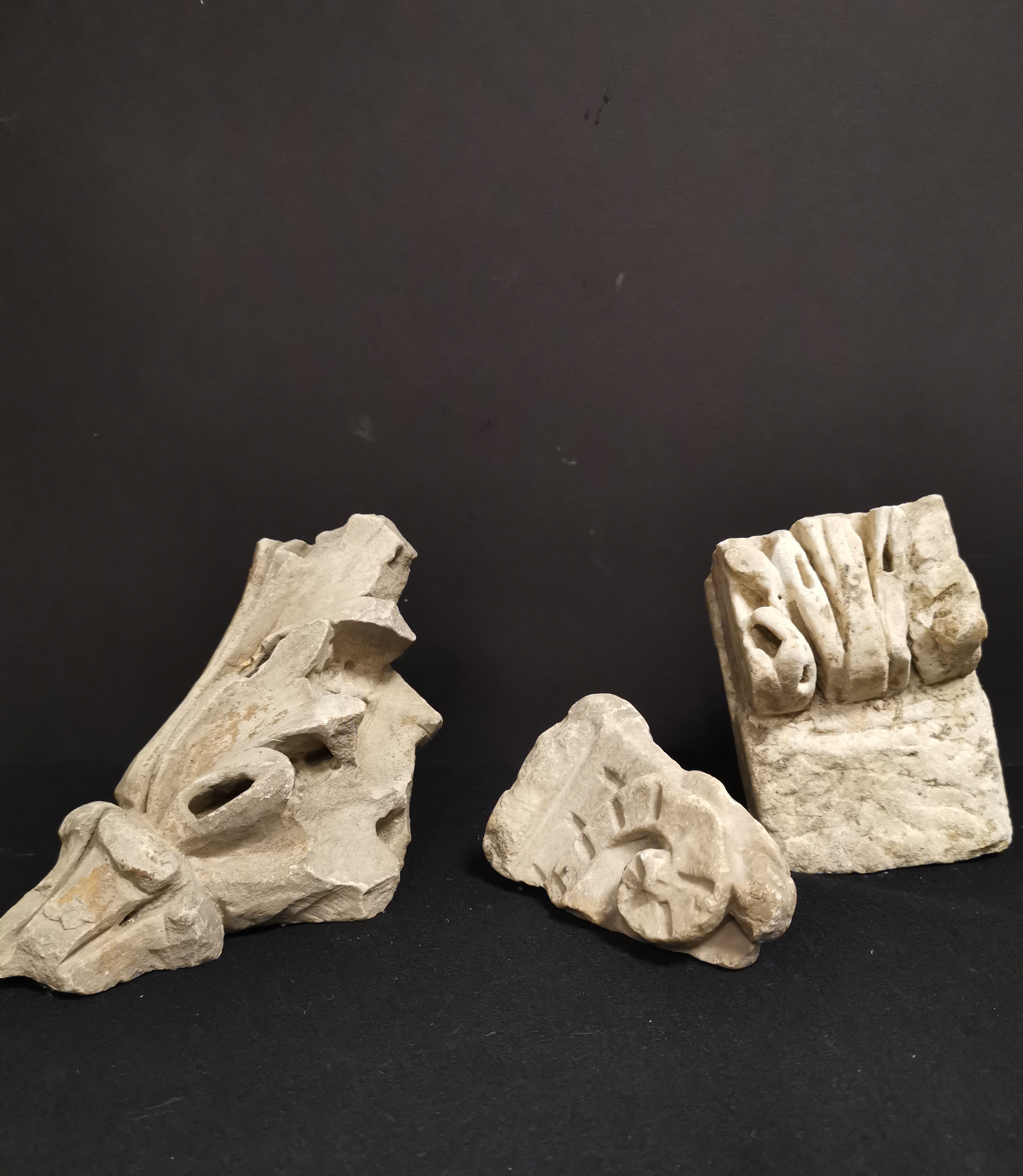 Lot 44A - Trois fragments, un représentant une feuille d'acanthe stylisée