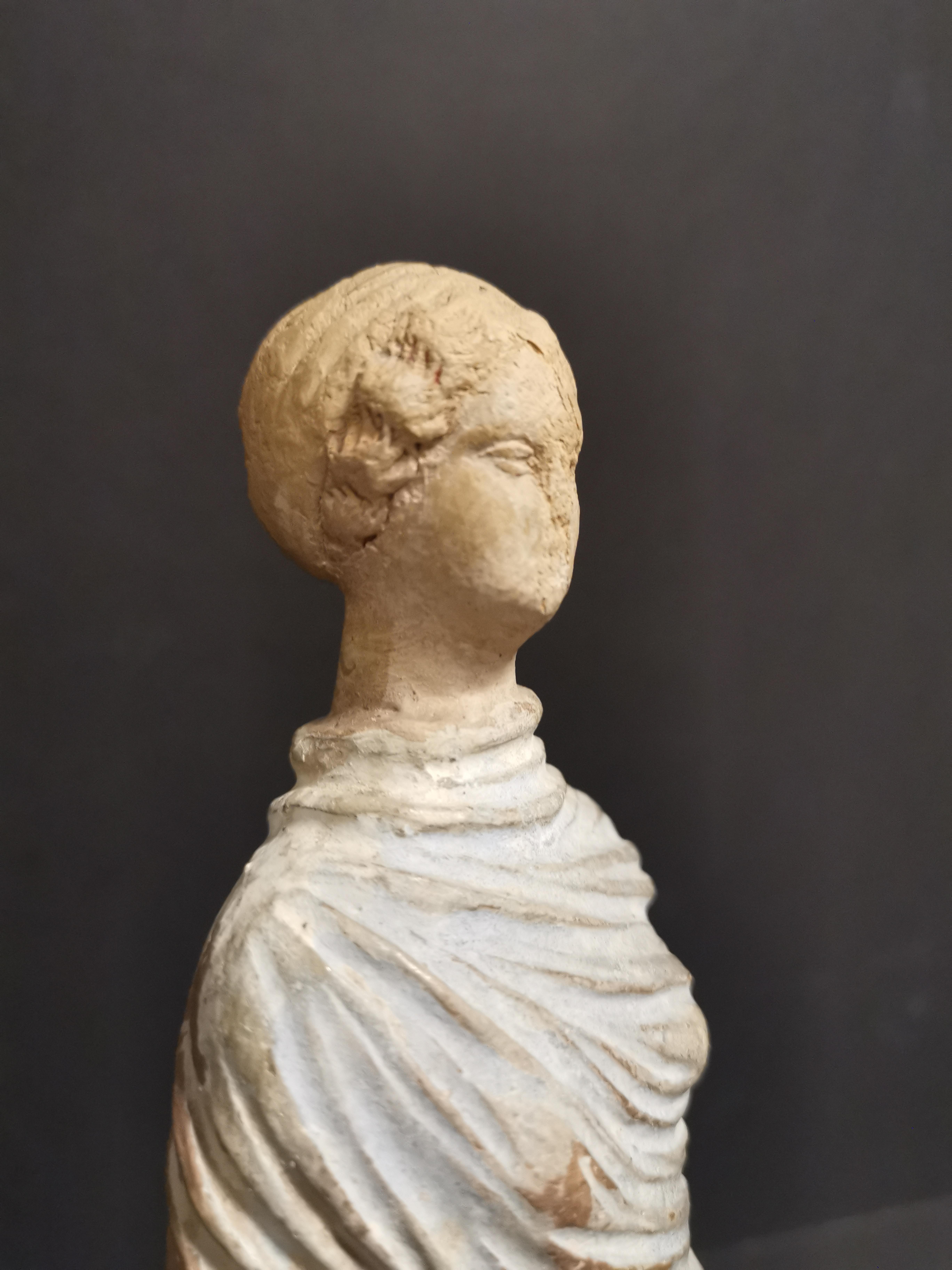 Lot 49 - GRECE, dans le goût de. Tanagra en terre cuite représentant un personnage féminin [...]