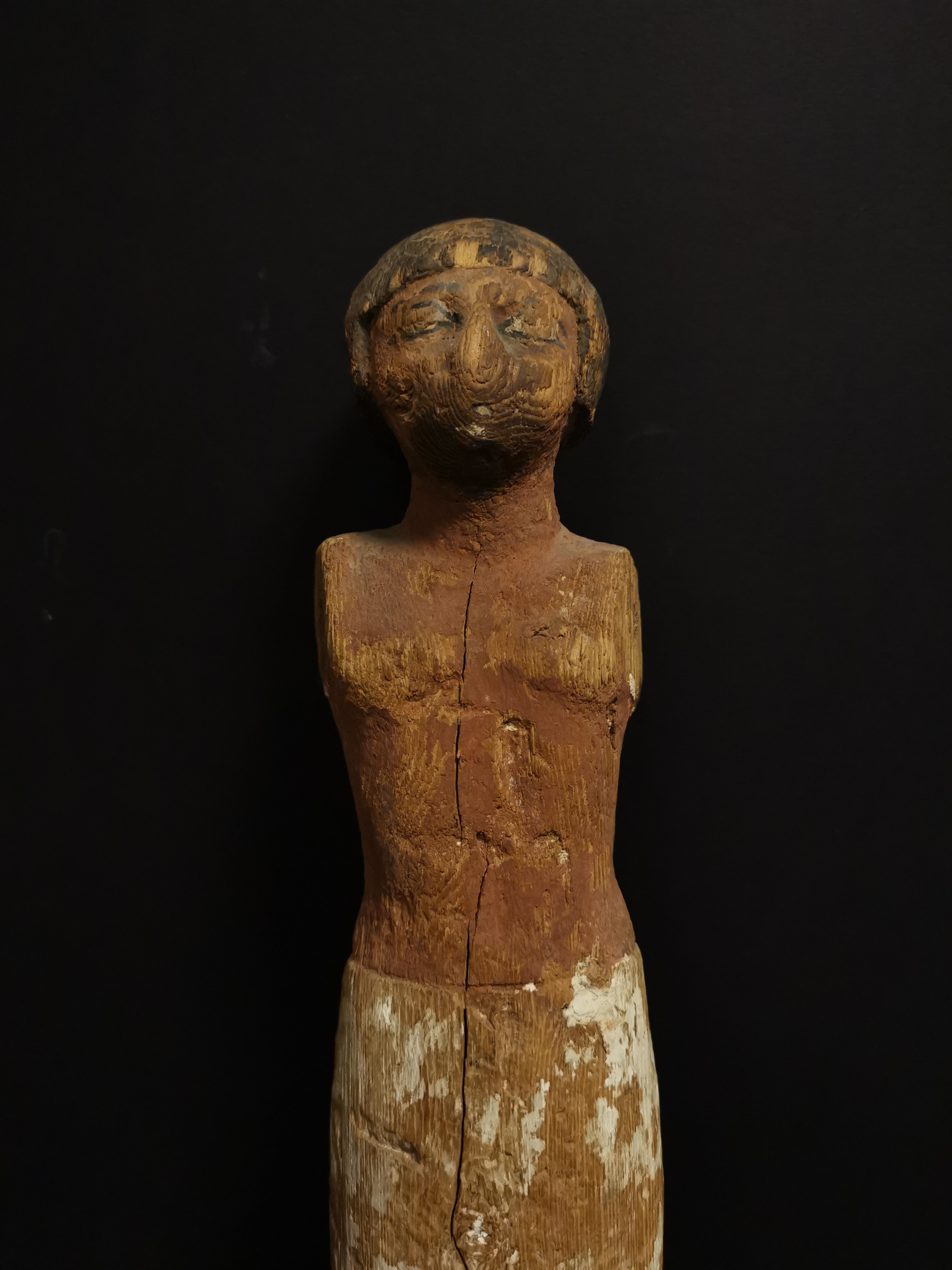 Lot 52 - Statuette en ronde bosse représentant un homme debout vêtu d'un pagne. Les détails [...]